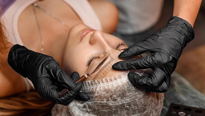 Kinek érdemes élnie a szemöldök tetoválás lehetőségével?