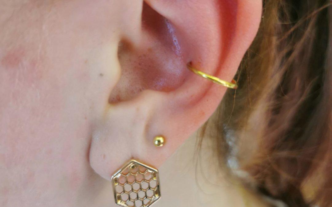 Piercing szúrás tűvel, a fül porcos részeibe